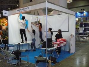 和歌山大学の学生による設営準備